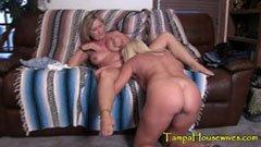 Mogna lesbiska på soffan