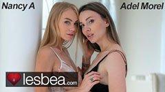 Den lesbiska skönheten och hennes brunettflickvän