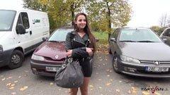 Den ungerska brunett flickan knullar i bilen