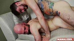 Den skäggiga mannen och hans tatuerade vän