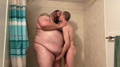 Den feta mannen knullar med den magra killen