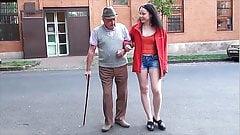 Farfar och hennes unga barnbarn