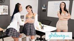 Den kvinnliga läraren och två vackra skolflickor