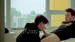 Unga killar vid fönstret på hotellet