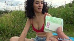 A göndörhajú lányka pénzért szexel