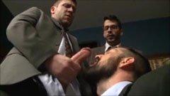 Öltönyös pasik az irodában