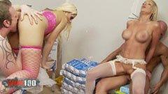 De två blonda milfarna och de två byggnadsarbetarna