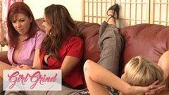 Tre mogna flickvänner i vardagsrummet