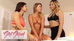 De tre vackra flickvännerna slickar varandra efter yogakurs