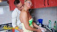 Den blonda tyska mamman och hennes sons snygga vän