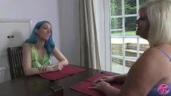 A dundi feleség és a kékhajú lány
