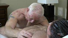 A nagypapa meg az izmos srác
