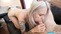 A tetovált szőkeség és az idősebb csávó