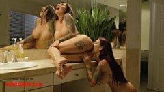 A tetovált lánnyal a fürdőszobában