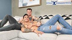 Jóképű tetovált srácok a kanapén